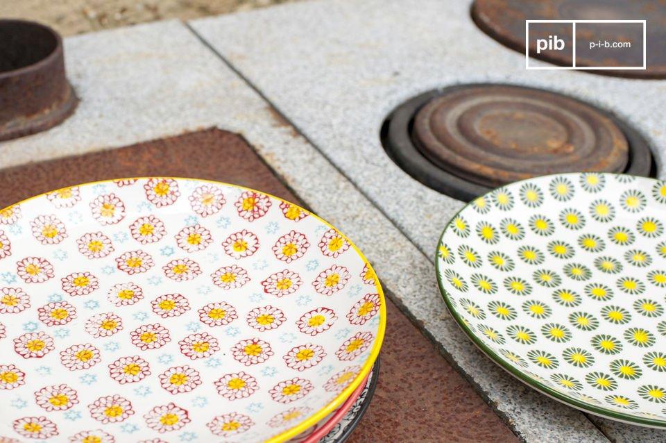 Die Teller sind aus Porzellan mit einem Durchmesser von 21,5 cm