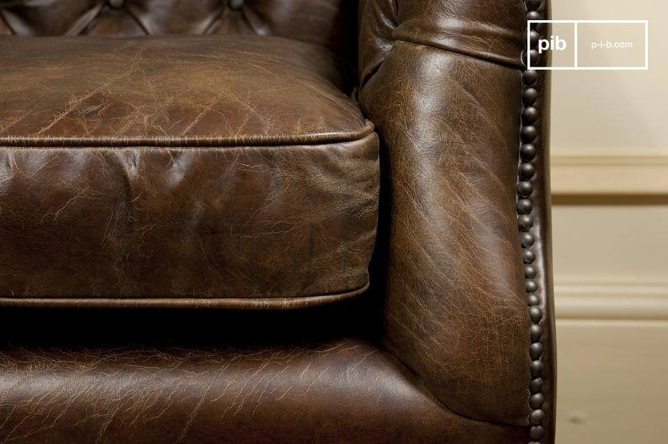 Lassen Sie sich vom Sitzkomfort des Federkerns und der im Chesterfield-Stil gesteppten Rückenlehne