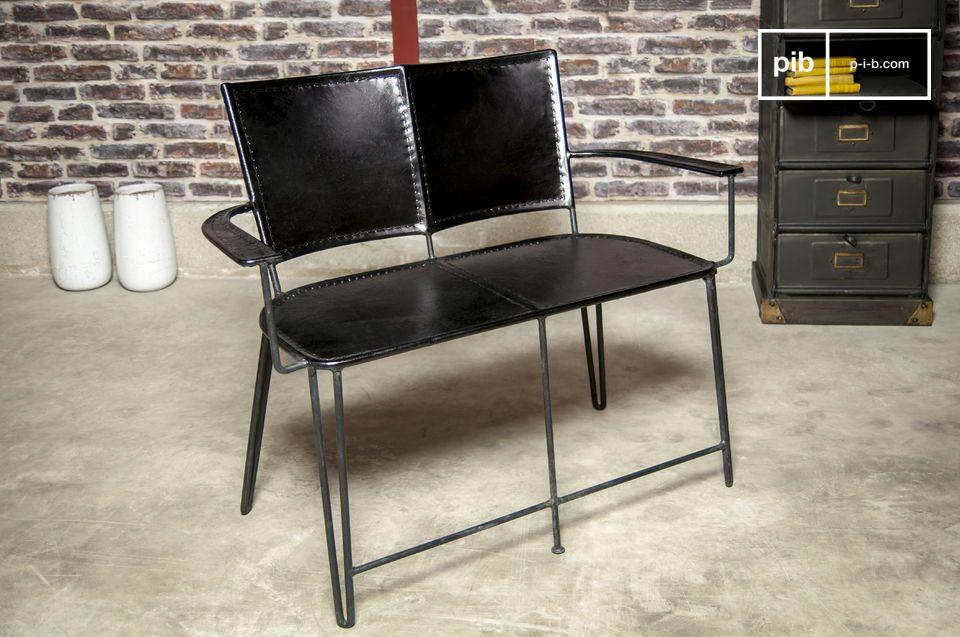Schlichtes und robustes Möbel aus Leder und Metall