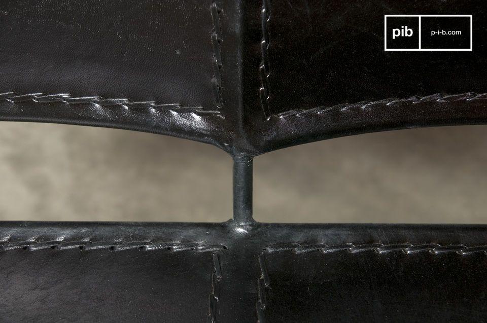Der Doppelsessel Italia besteht ganz aus Metall und Leder