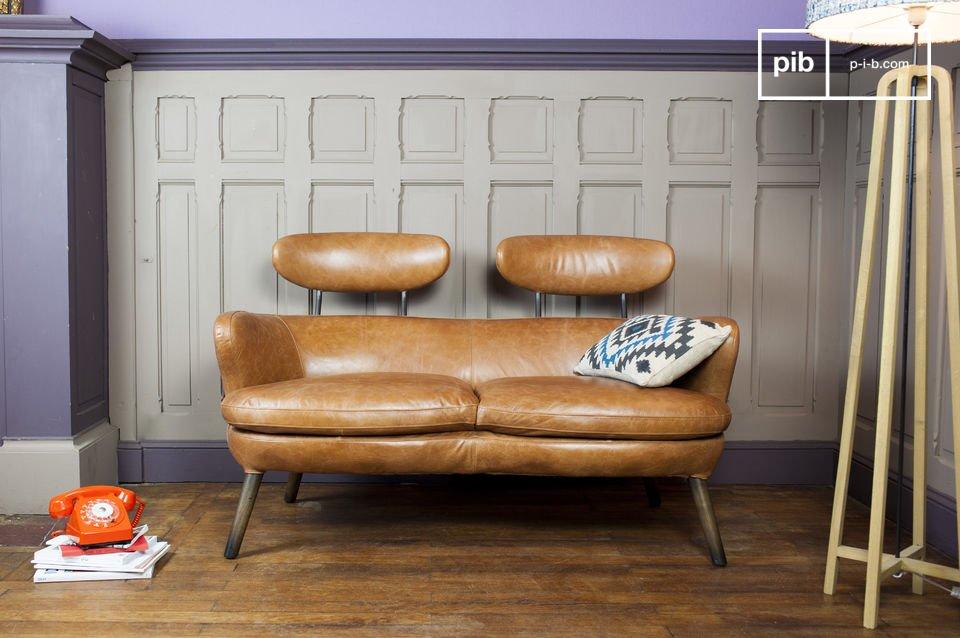 Ein kleines Sofa mit rundem Vintage Design