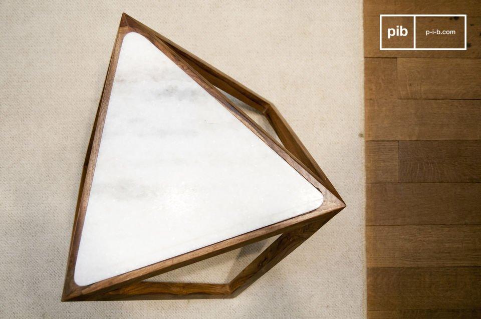 Der dreieckige Beistelltisch Marmori wird Sie mit seinem skandinavischen Retrostil und seinen