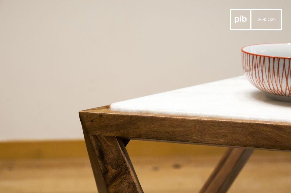 Zudem kommt der Schatten des Tisches, der den Beistelltisch optisch vergrößert