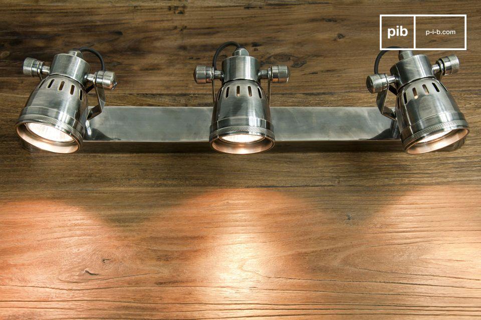 Die dreifache Wandleuchte Bistro wurde aus silberfarbenem Messing hergestellt