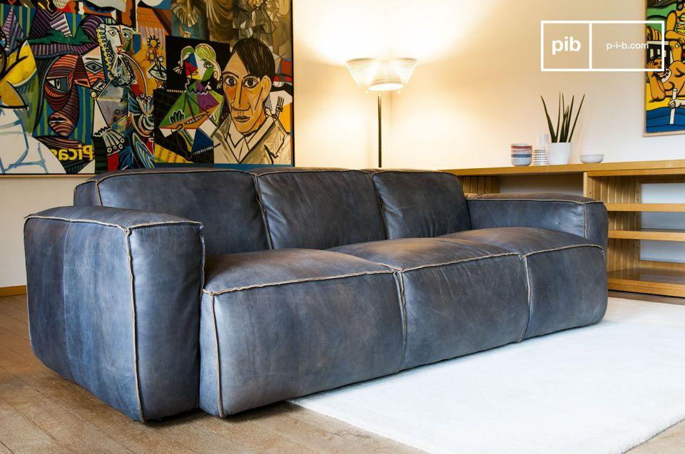 Ein skandinavisches Sofa aus vollnarbigem Leder im vintage Stil