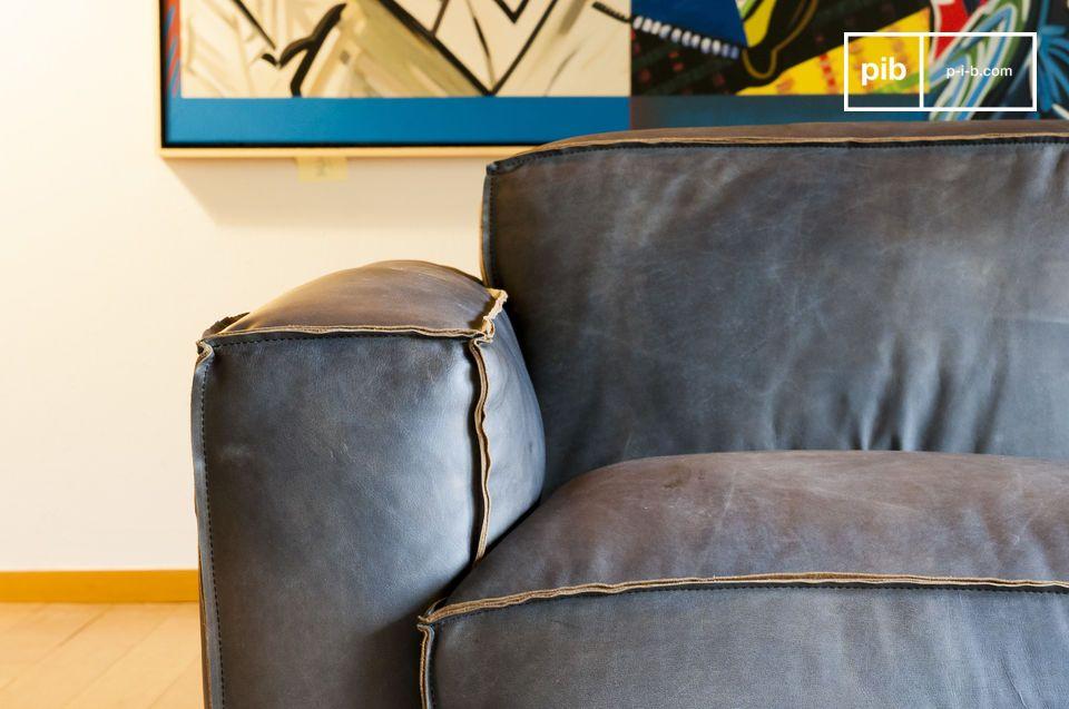 Das Sofa Atsullivan ist ein spezielles Modell mit vollnarbigem Leder