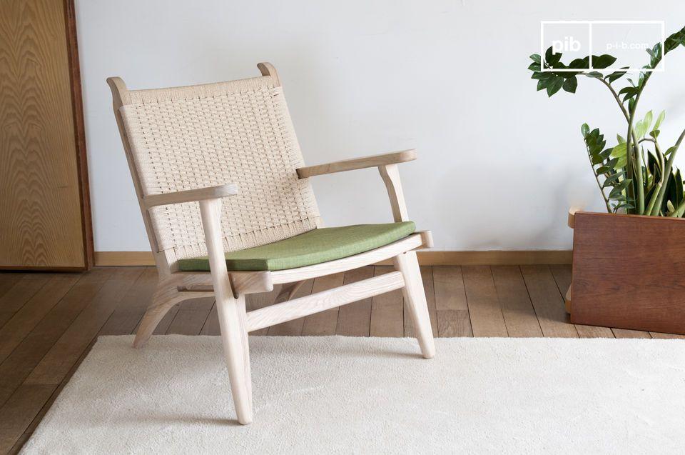 Ein Sessel Natur heiratet blondes Holz, gewebtes Rattan und olivgrüne Farbe.