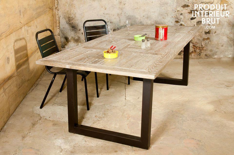 Dieser große Tisch aus massiver Eiche ist ein Blickfang für Ihr Esszimmer