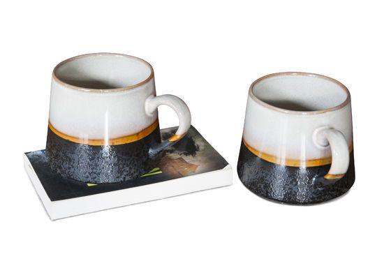 Ein Paar große Keramik Tassen ohne jede Grenze