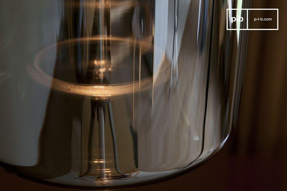 Mit ihrer Vintage-Optik und den modernen Oberflächen verbindet diese Leuchte den Charme des