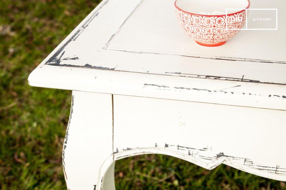 Dieser Esstisch besteht ganz aus handpatiniertem Ulmenholz