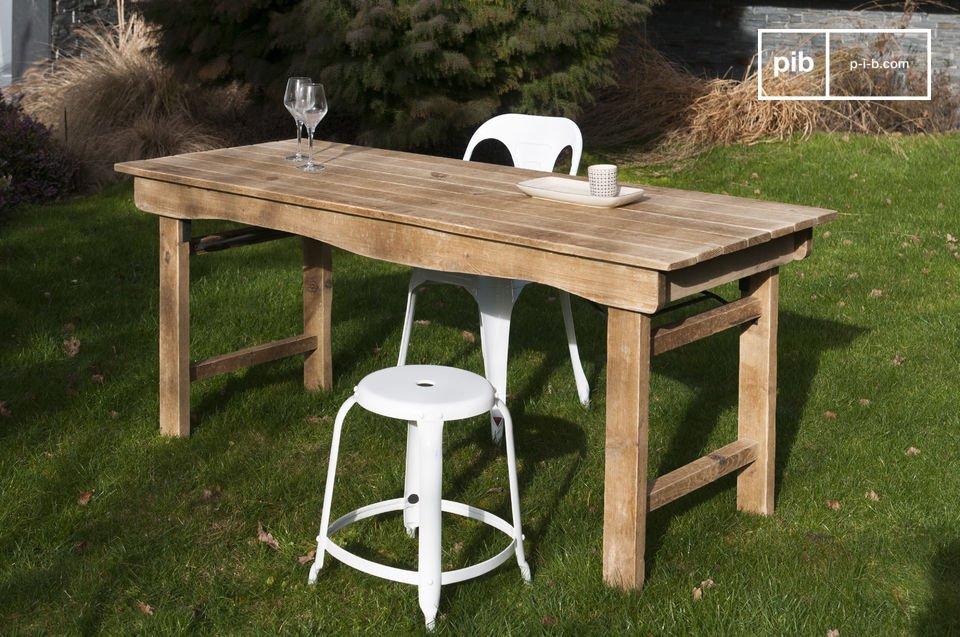 Mit diesen perfekten Maßen können bis zu 8 Personnen auf diesem Tisch platz finden