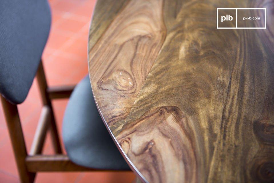 Mit seiner Konzeption und seinen Beinen aus dunklem Holz erinnert der Esstisch Bikhatz an die Tische