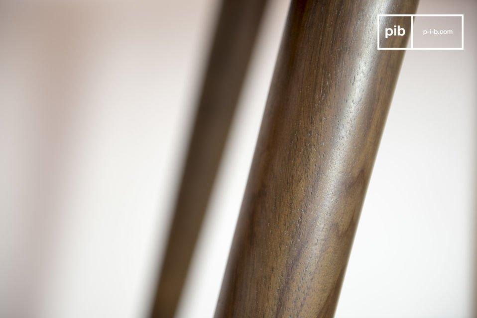 Der Tisch besteht aus massivem Rosenholz und verfügt über ein dunkel lackiertes Finish