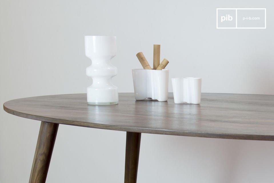 Der Tisch trägt nicht nur zur Raumdekoration bei