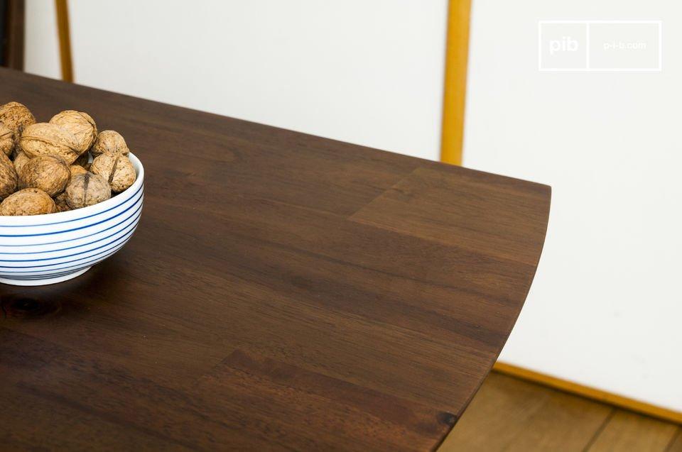 Mit seinen kompakten Tischbeinen und seinem dunklen Holz erinnert der Esstisch Chinatown an das