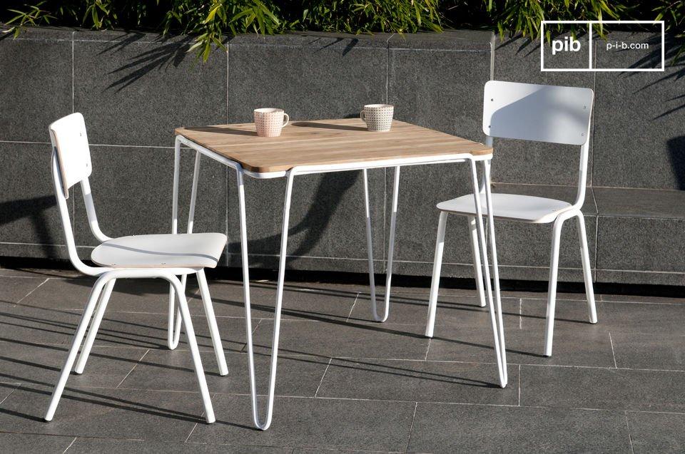 Mit seiner feinen, weißen Metallstruktur und seiner Tischplatte aus massivem Teakholz bietet der Esstisch Espace einen schönen Eindruck von Leichtigkeit und gleichzeitig eine hervorragende Festigkeit
