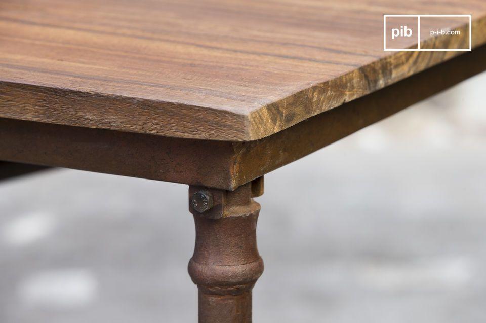 Der Esstisch besteht aus einer Tischplatte aus altem