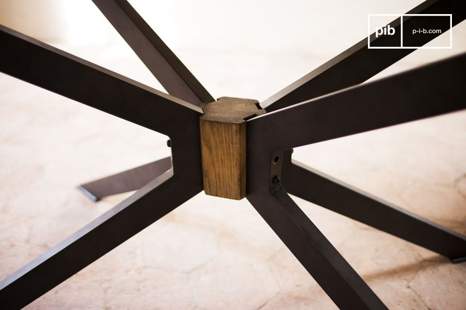 Die Tischplatte besteht aus Eichenholz