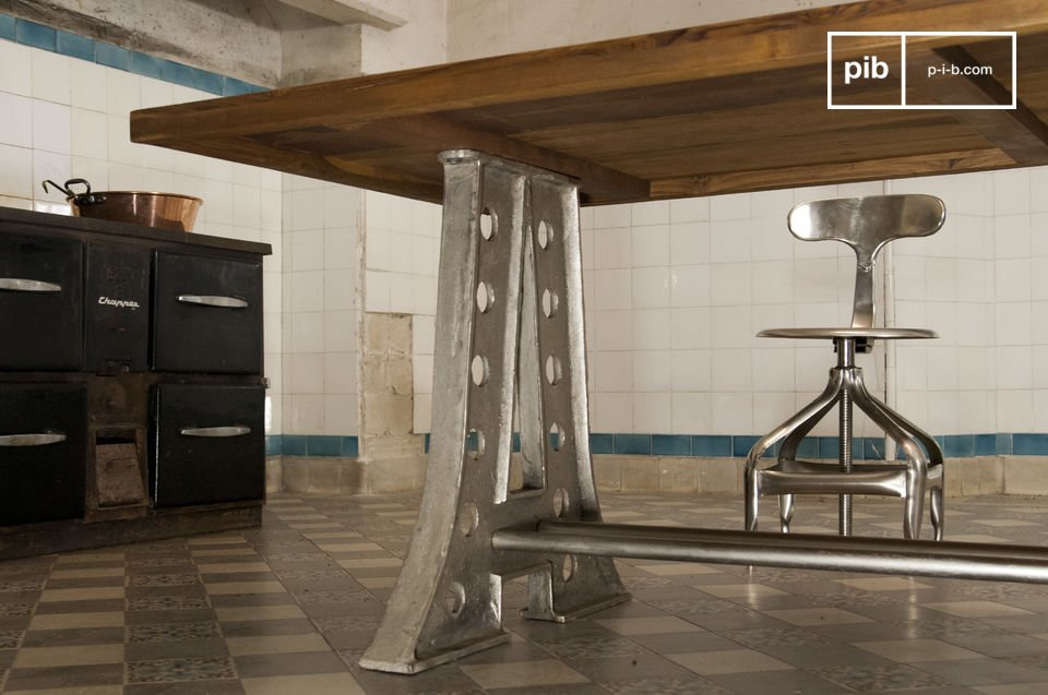 Die Beinstruktur aus Stahl im Eiffel-Stil und die starke Tischplatte aus massivem Teakholz