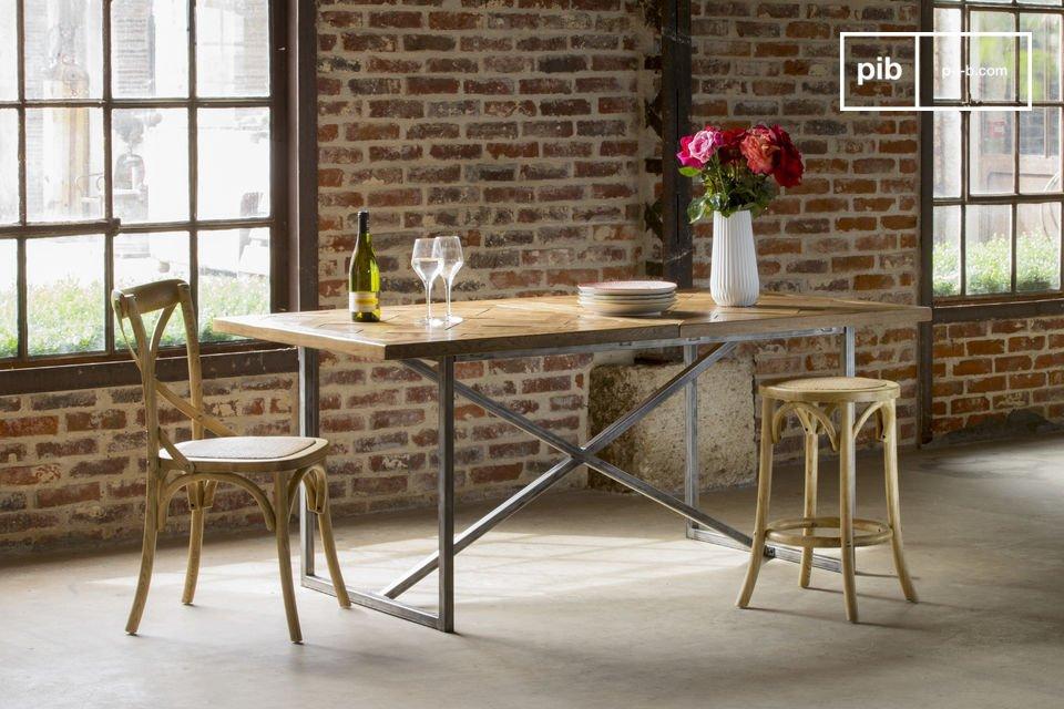 Der Esstisch Queens ist ein Möbelstück im vintage Stil, welches besondere Eleganz in Ihr Interieur bringt