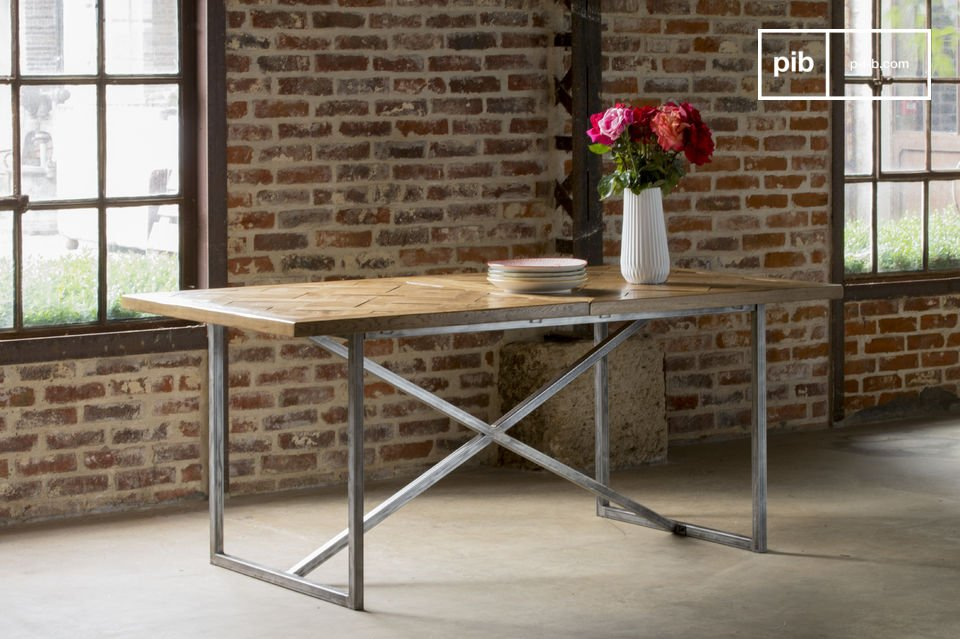 Die Tischplatte besteht vollkommen aus alten Parkettstäben aus Eichenholz