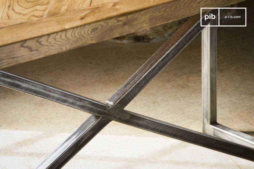 Die Tischplatte besteht vollkommen aus alten Parkettstäben aus Eichenholz, die auf eine traditionelle Art und Weise zusammengesetzt wurden