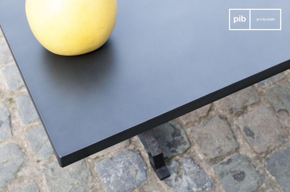Die Platte ist aus Holz gefertigt mit einer dicken Schicht aus genageltem Stahl als Oberflächte