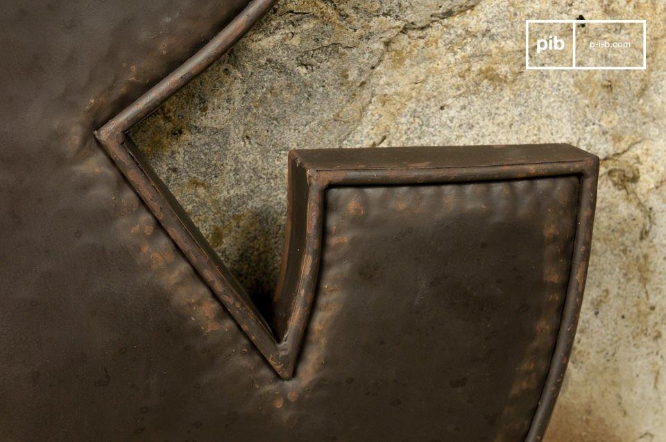 Dieser Deko-Buchstabe im resoluten Vintage-Industriedesign ist aus braunem Metall mit einer schönen