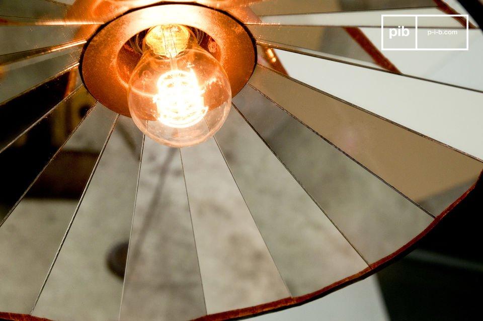 Sehr helle Deckenleuchte, deren Spiegel im Inneren ein schönes rundes Mosaik erzeugt