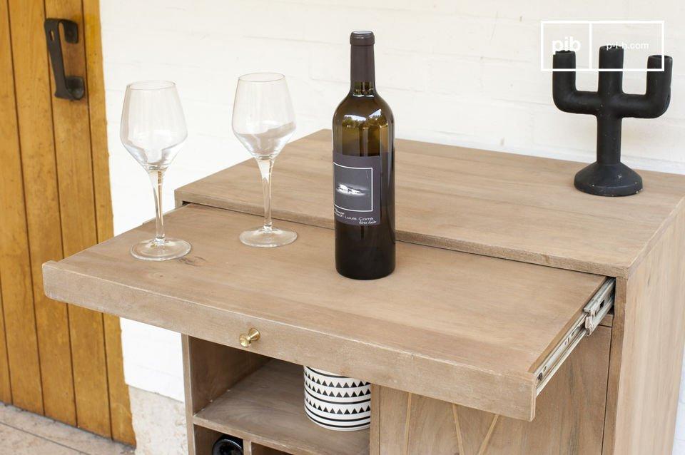 Dazu kommt der praktische Aspekt des Möbelstücks: Neun Fächer für Flaschen