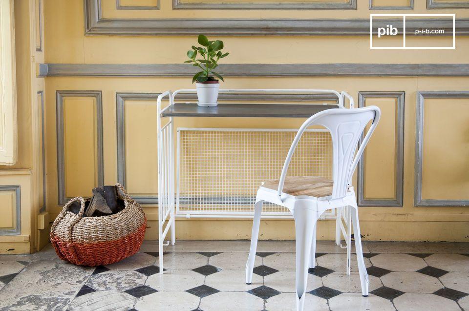 Vollständig aus leicht patiniertem Weißmetall gefertig ist das Möbelstück sehr robust