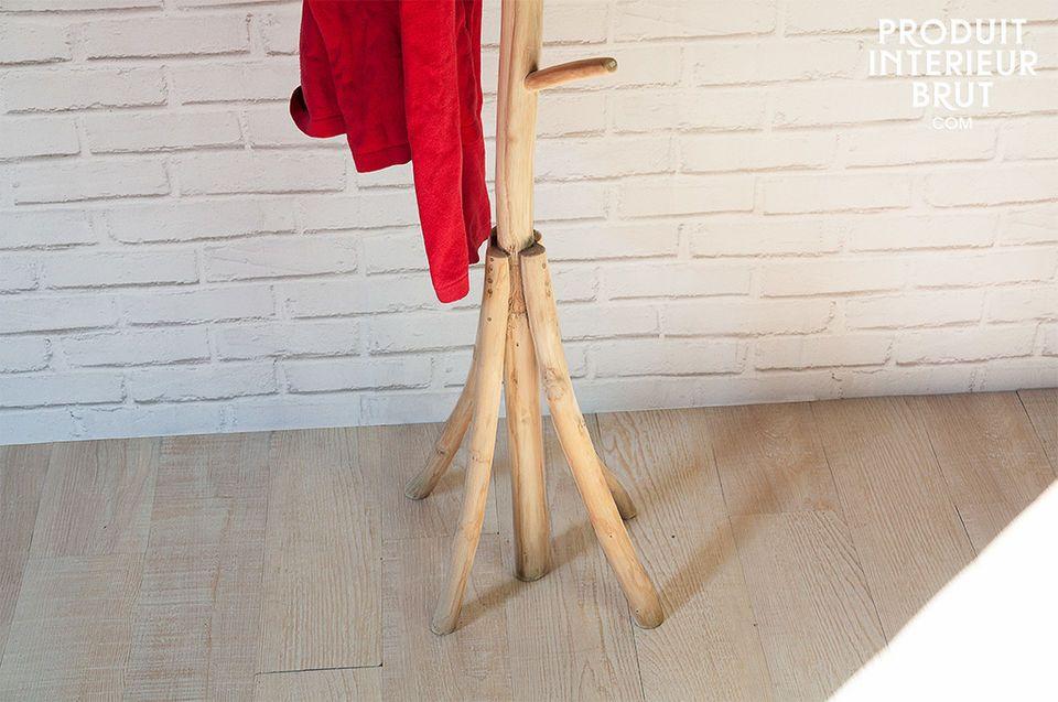 Der Garderobenständer Arly besteht aus naturbelassenem Teakholz und verleiht Ihrer Diele oder Ihrem