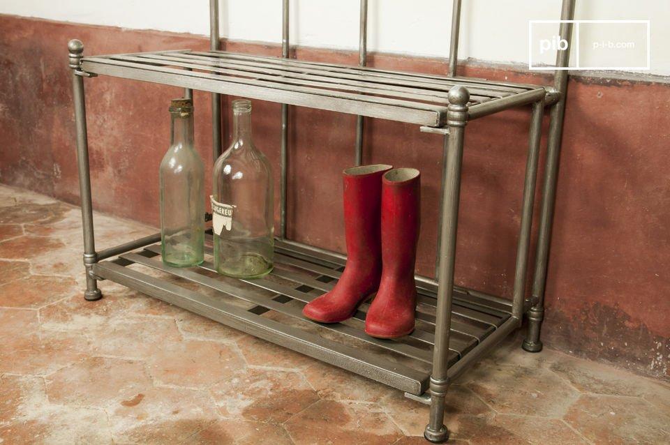 Der Garderobenständer besteht ganz aus dichtem Stahl, das per Hand patiniert wurde