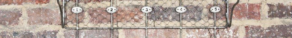 Materialbeschreibung Gitter-Regal mit nummerierten Haken