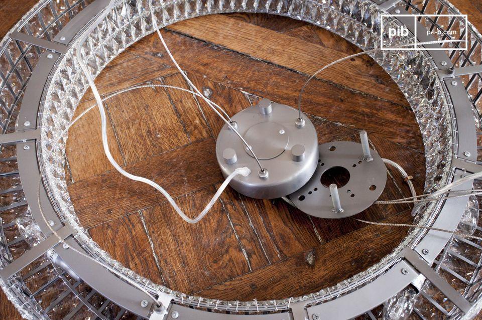 Mit seinem großen Durchmesser von 80 Zemtimetern kann der Luster als Hauptlichtquelle verwendet