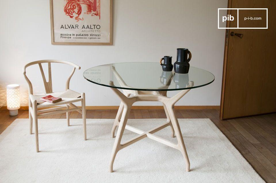 Ein runder Tisch in Nischen und Folien, der Massivholz und gehärtetes Glas kombiniert.