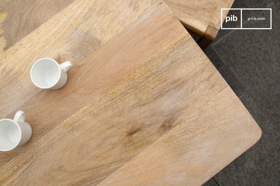 Der massive Holztisch Möka und seine natürlichen im skandinavischen Gehaltenden Silrichtung