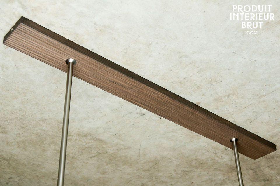 Die Kabelabdeckung aus Nussholz wird an der Decke befestigt