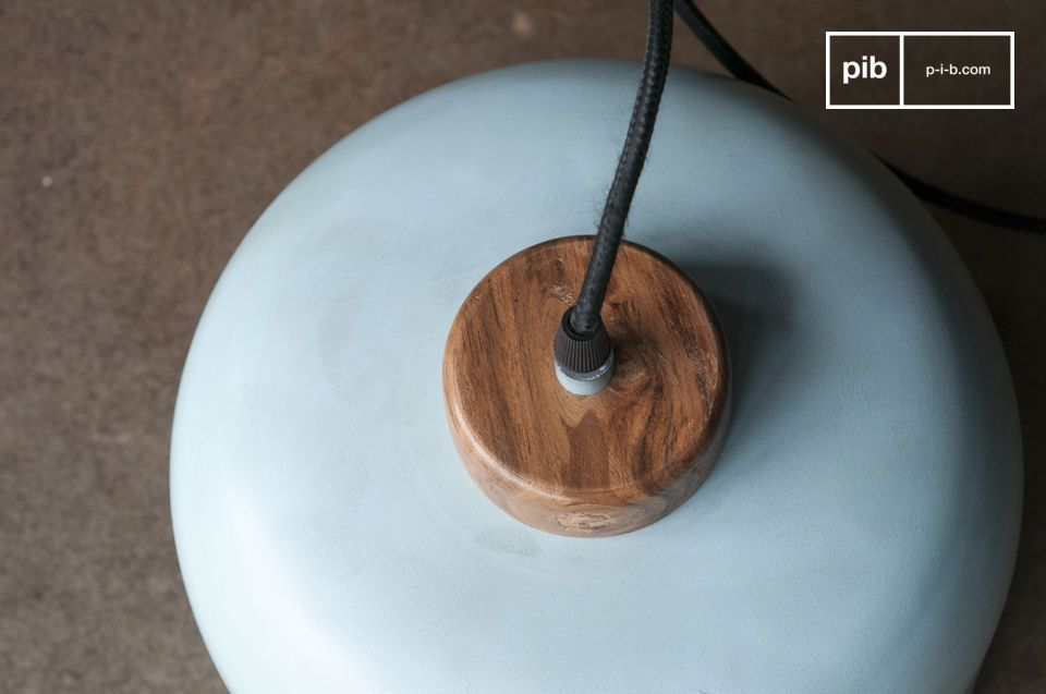 Die lackierte Rohholzunterlage steht im Kontrast zur Schlankheit des hellen türkisfarbenen