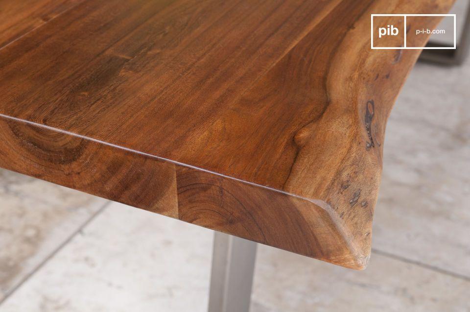 Der Tisch hat ein zeitloses Design mit einem sehr natürlichen Look