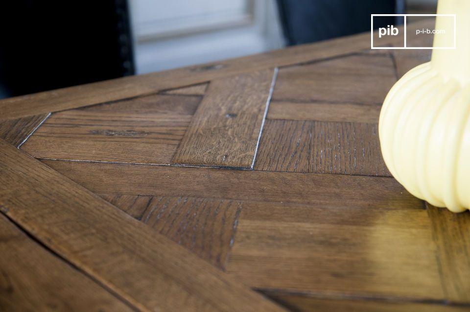 Im Wohnzimmer können Sie das Möbelstück mit Metallstühlen kombinieren