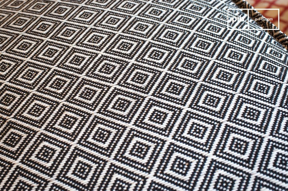 Dank seines vollständig gewebten schwarz-weißen geometrischen Musters