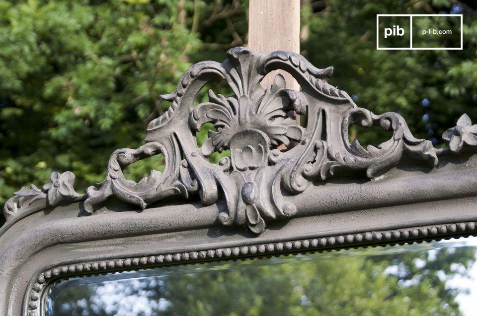 Der Spiegel Senlis besitzt auf seinem Holzrahmen als Krönung schöne Zierungen