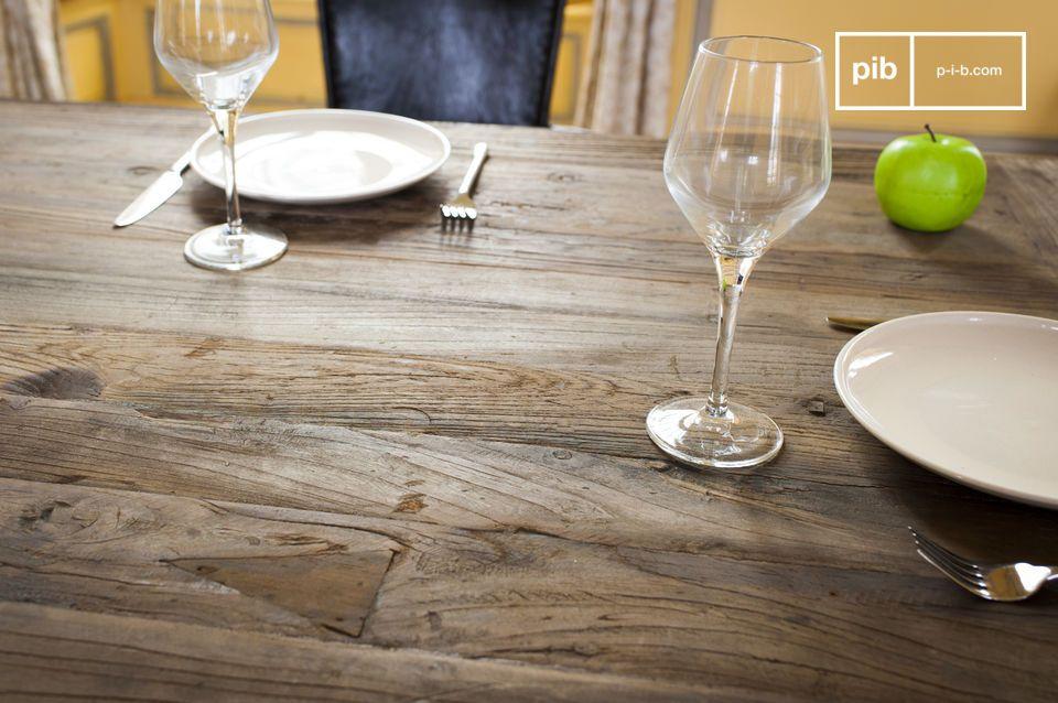 Durch die leicht graue Farbe des wiederverwendeten Holzes und der Struktur aus Metallrohren mit