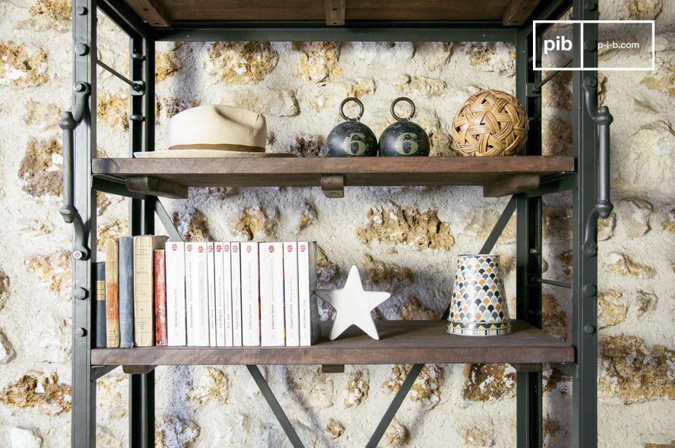 Mit seinen modularen Regalböden und seinem Retrostil ist das große industrielle Bücherregal