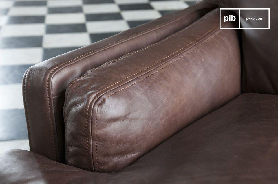 Das dunkle Leder dieses Sofas wurde von Hand gebräunt