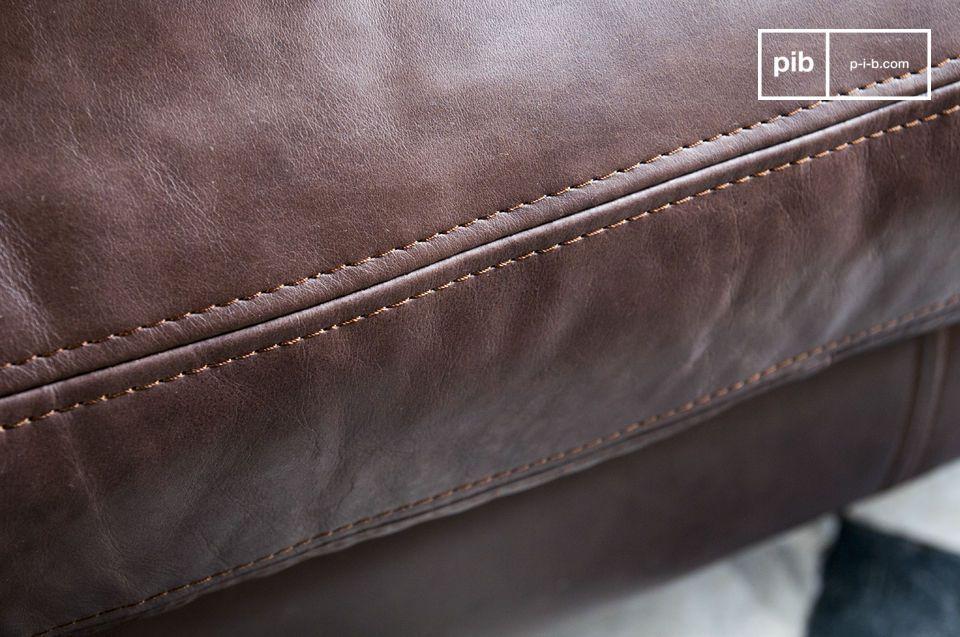 Um Stabilität zu garantieren wird das Möbelstück durch ein zentrales höhenverstellbares Bein