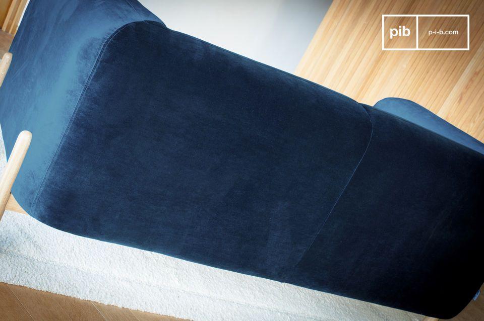 Dieser tiefblaue Samt ist Teil des zeitlosen vintage Looks des Sofas Viela und lässt sich leicht