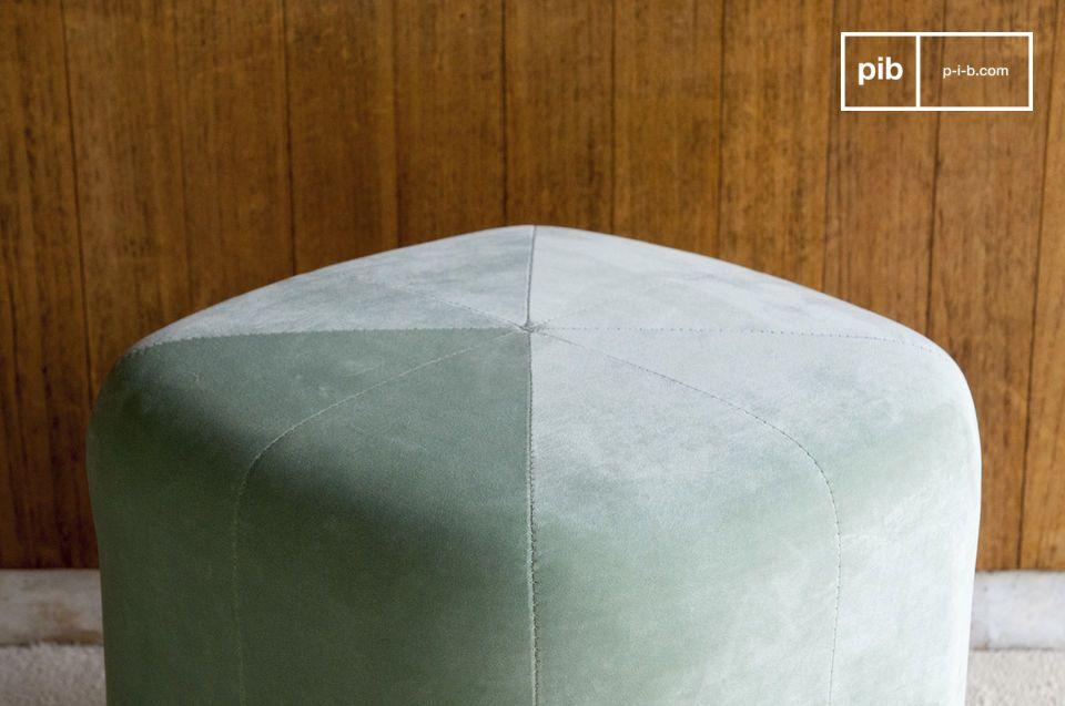 Auf einer Schaumstruktur auf Holz wird sein unvergleichlich weicher Polyester-Samt in verschiedene